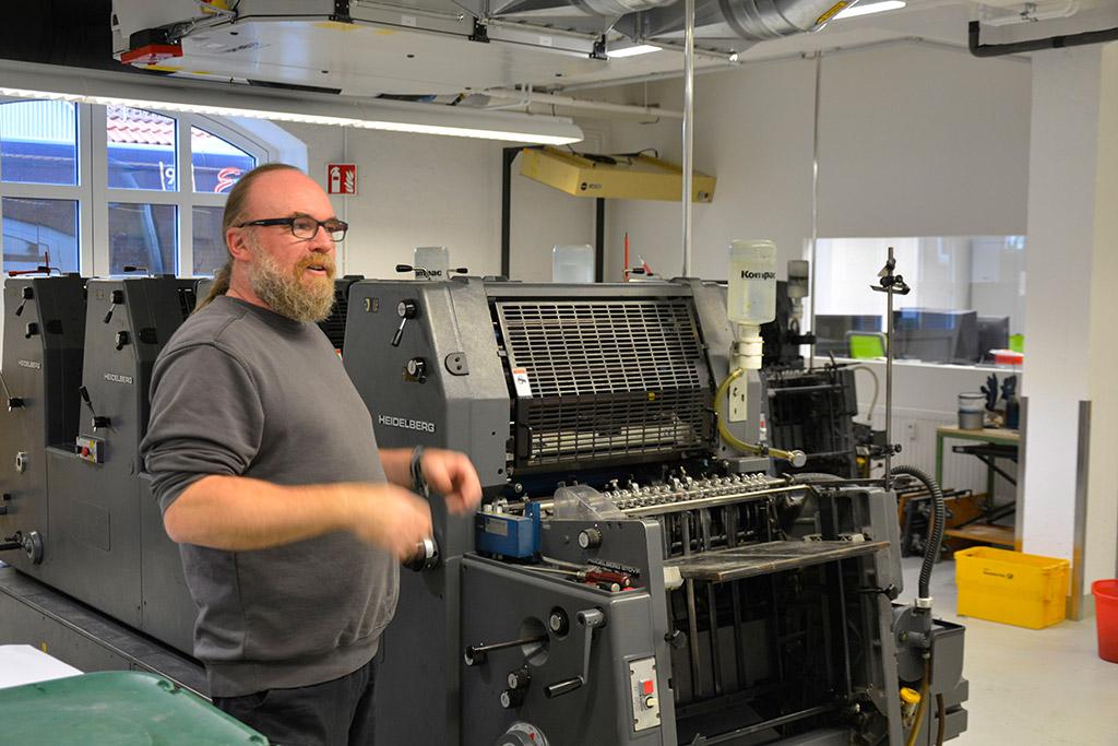 Druckereileiter Bernd Biegel steht an einer Druckmaschine