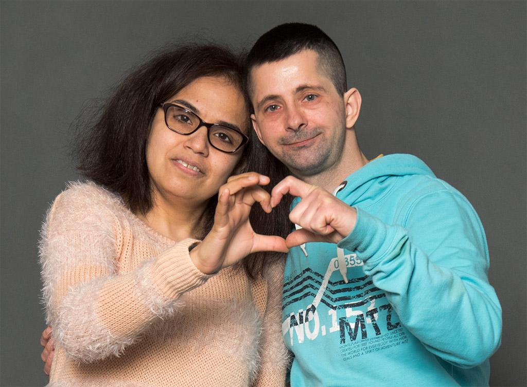 Kikzell Sanchez und Thomas Guder machen zusammen ein Herz aud ihren Händen