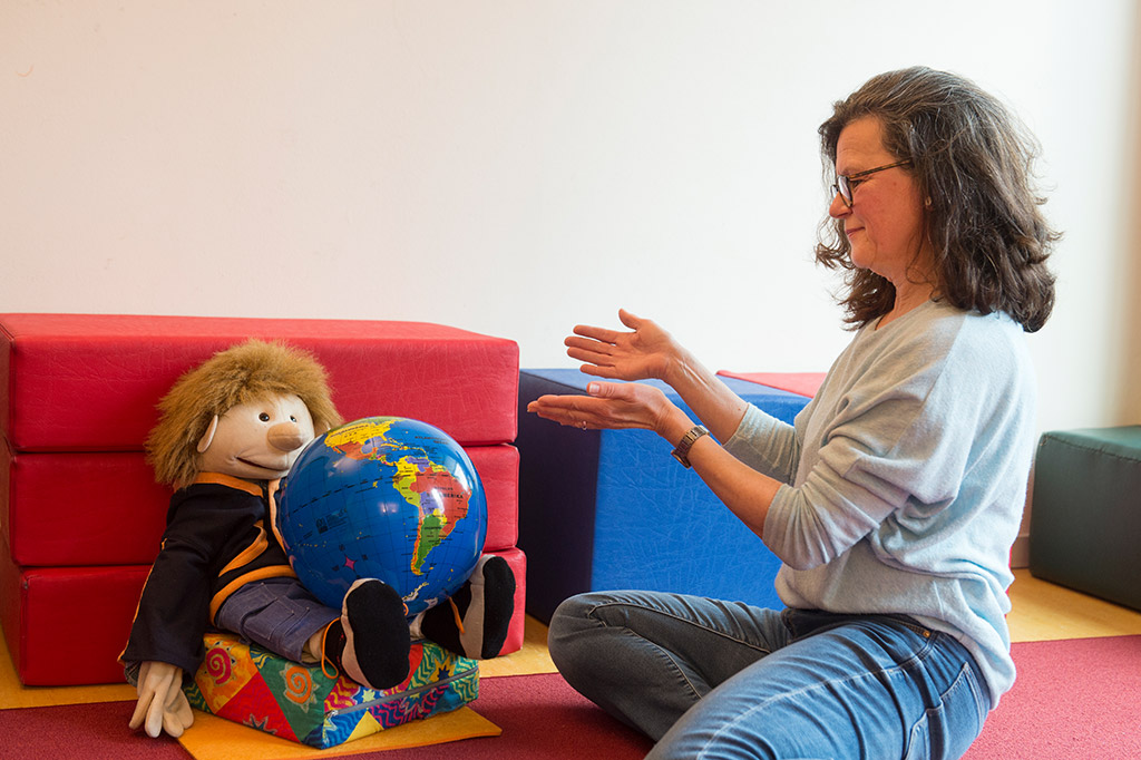 Heike Burmeister (WOI) mit Puppe