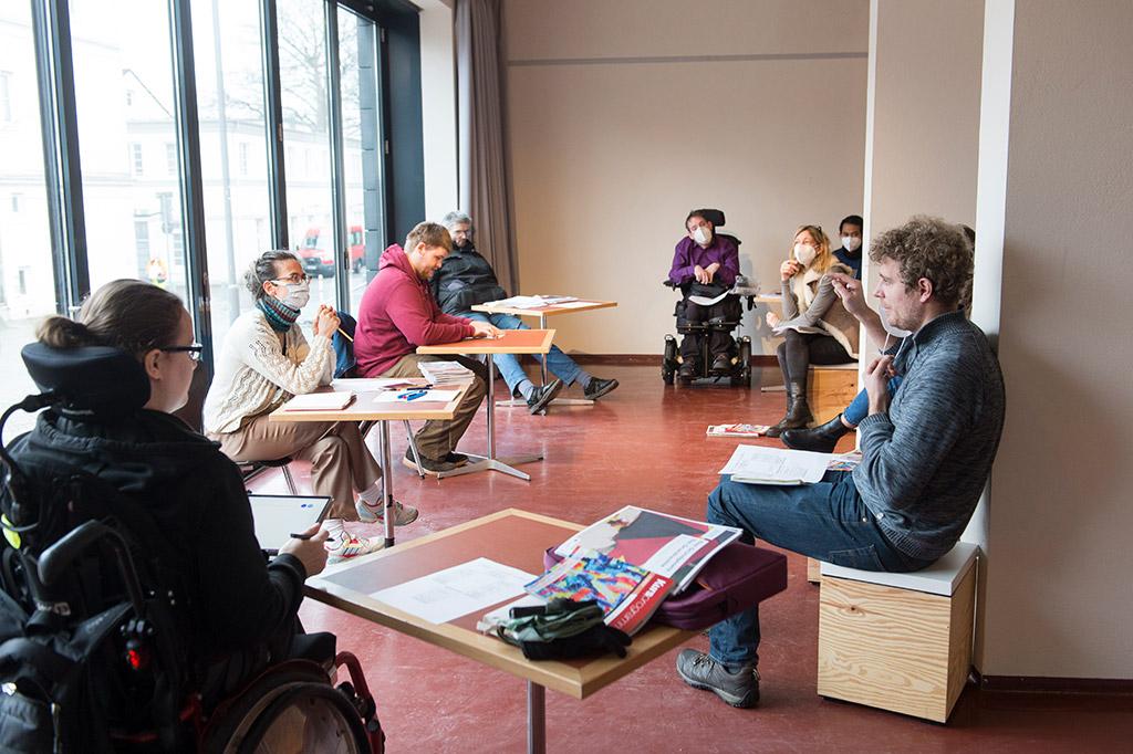 Konzentriert und kreativ bereitet das inklusive Team die Informationen für die Bundestagswahl für Menschen mit unterschiedlichen Einschränkungen vor - Foto von Axel Nordmeier