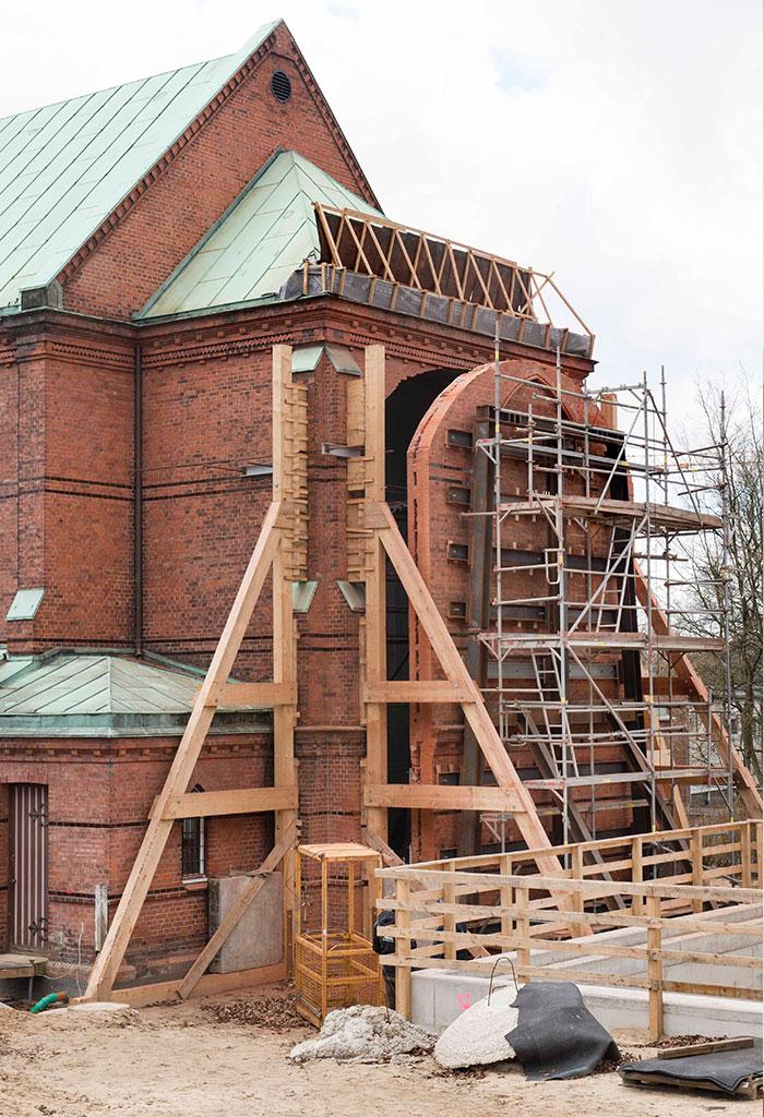 Die Rückseite der Kirche mit um einen halben Meter hersugetrennter Rückwand